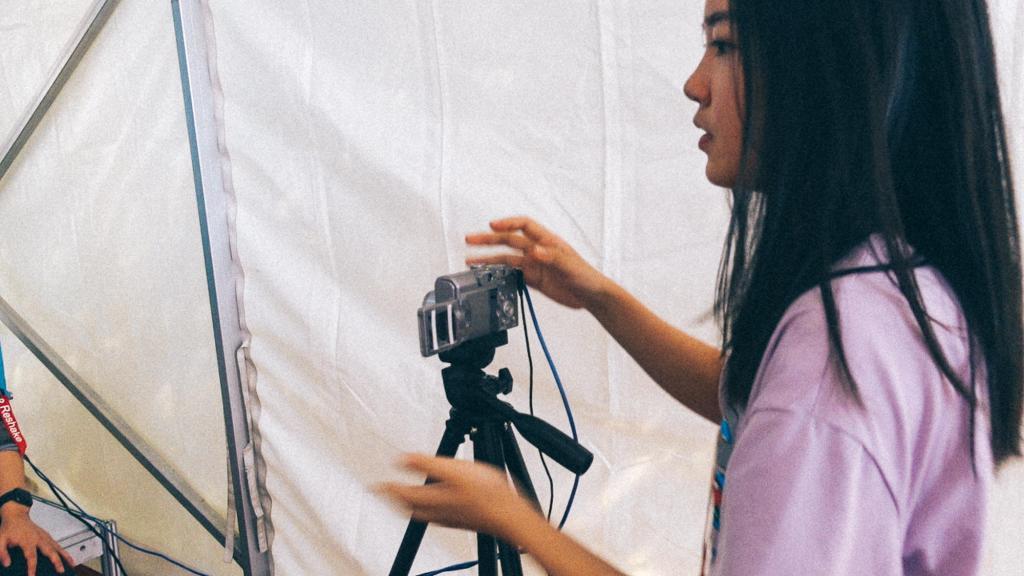 Antidumping na Importação Moça manipulando máquina fotográfica
