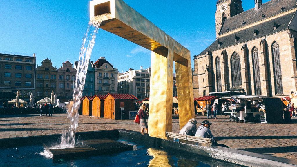 O que é NCM e qual seu papel na importação? Fonte dourada de água em praça