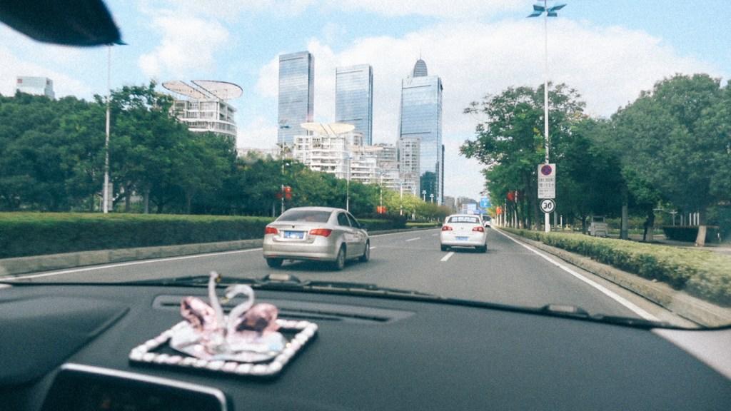 Como não cair em golpe na China Carros trafegando em via rápida na China