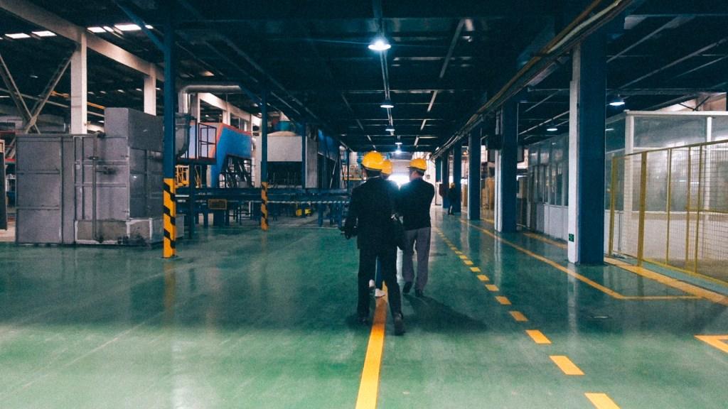 Converse com seus clientes e vendedores Pessoas dentro de fábrica na China