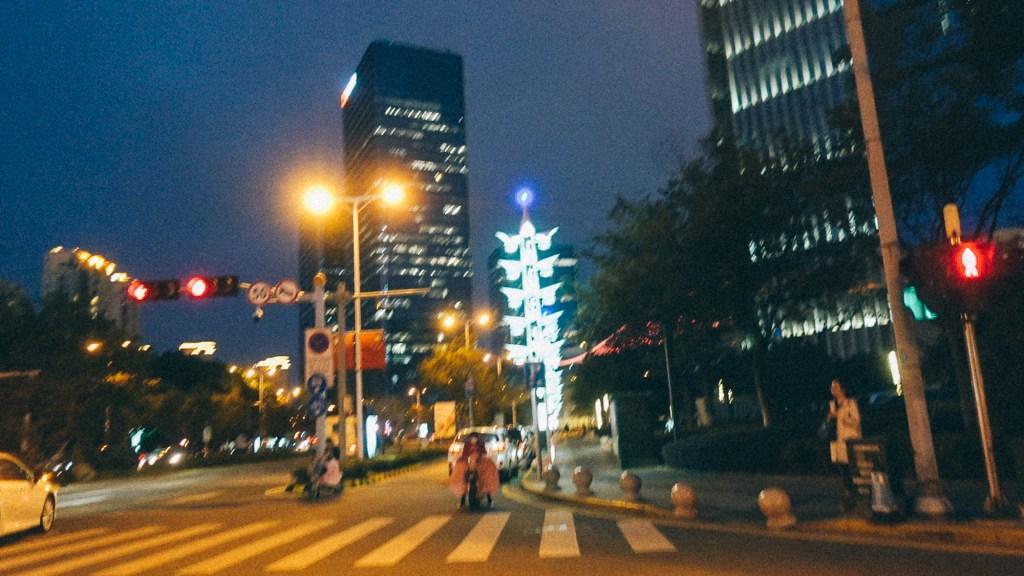 Estratégia trovão da importação Imagem de ponto central da cidade com semáforos, pessoas transitando e prédios