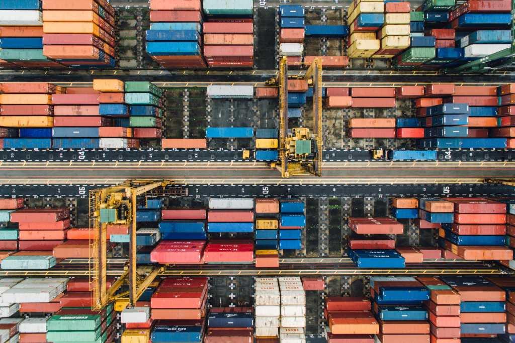 Duas coisas que você precisa saber Containers organizados em porto