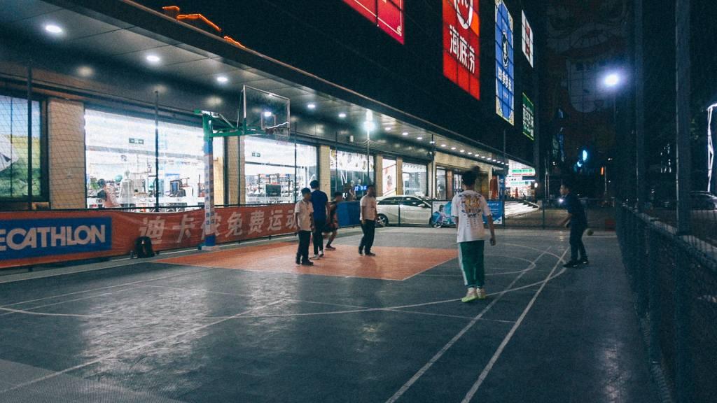 Avaria Grossa Chineses jogando basquete em frente loja