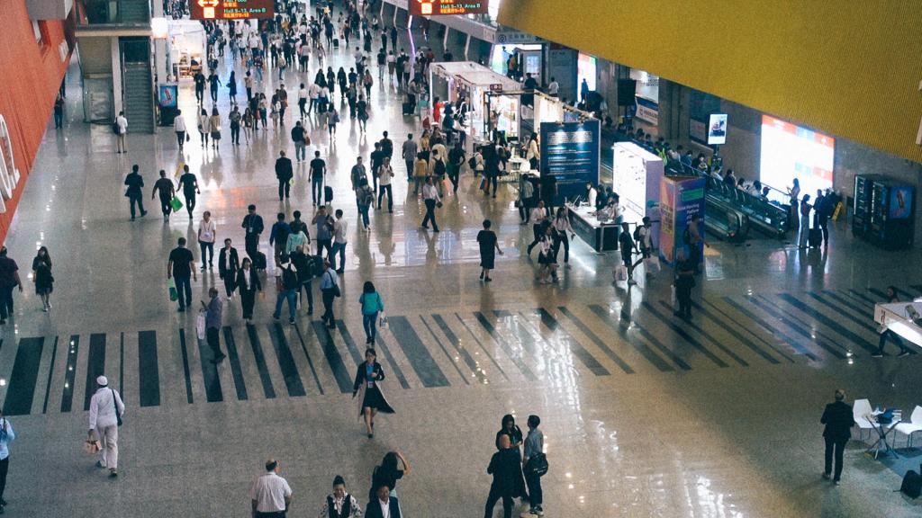 Cantão cidade da China Pessoas caminhando dentro da Canton Fair