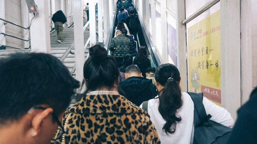 Como importar do vietnã Pessoas no vietnam em estação de trem esperando a escada rolante
