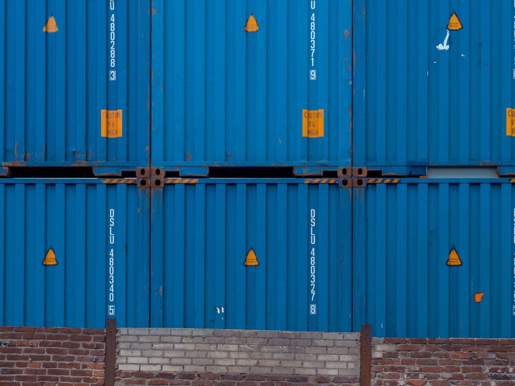Como Importar e Revender Roupas da China Imagem de containers azuis na China