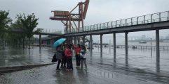 Crianças brincando na Chuva em Xangai