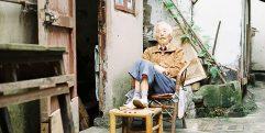 Mulher velha em cidade da China