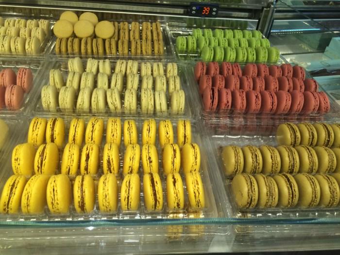 os coloridos e tradicionais macarons,