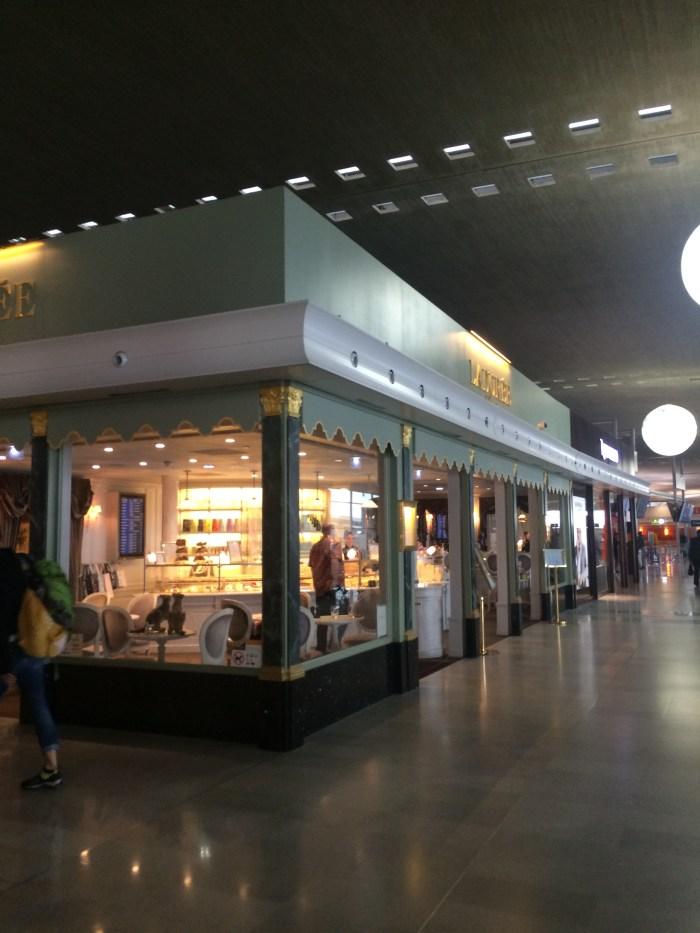 A fachada toda em vidro permite a interação com o terminal