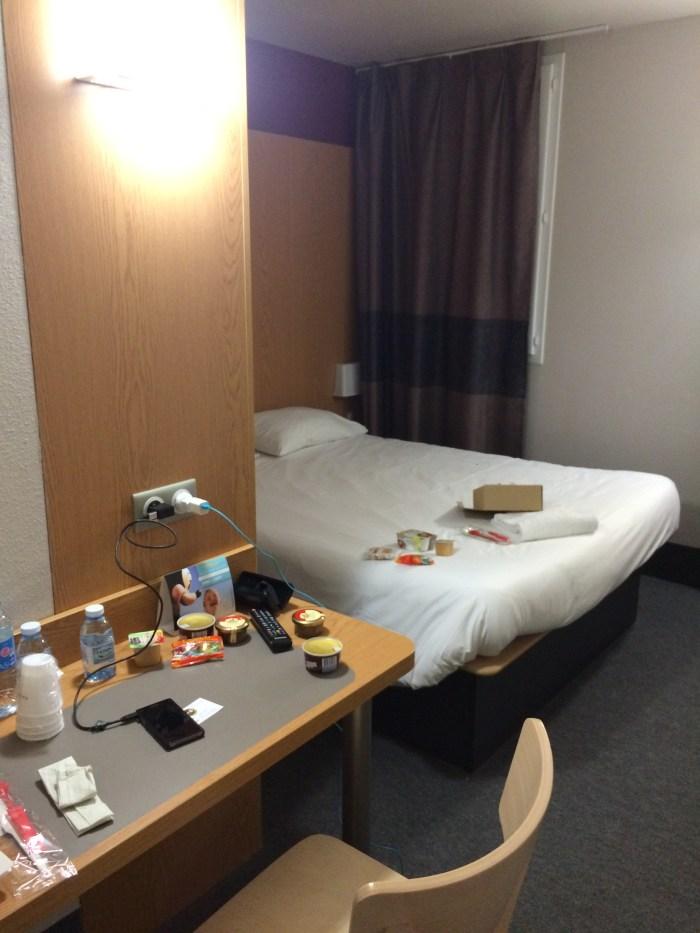 Nosso quarto com uma cama de casal. Foto: GGOP / Blog Destinos por onde andei...