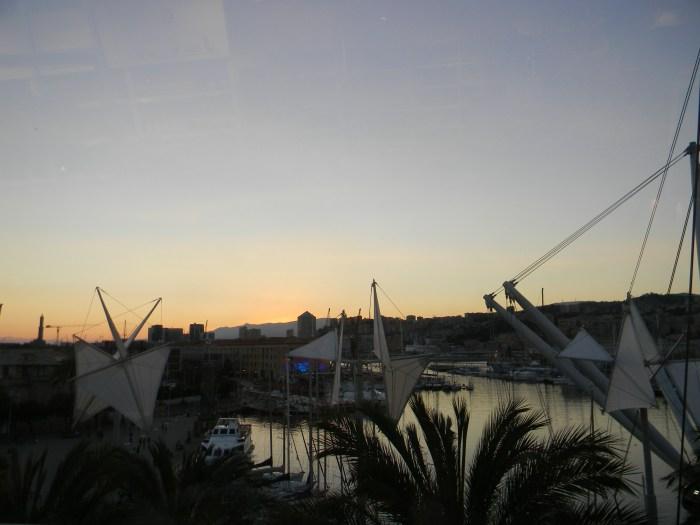 Da nossa janela víamos o por do sol no Porto Antico, enquanto jantávamos, um belo espetáculo
