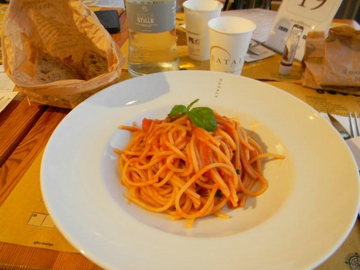 Eu pedi um espaguete com molho de tomate e manjericão