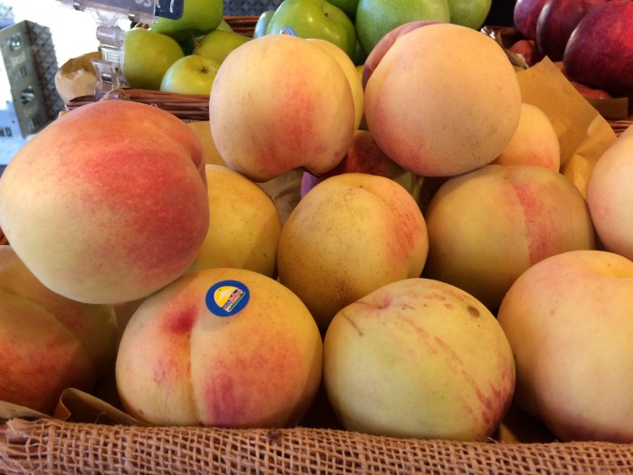 Pêssegos e maçãs, entre tantas frutas