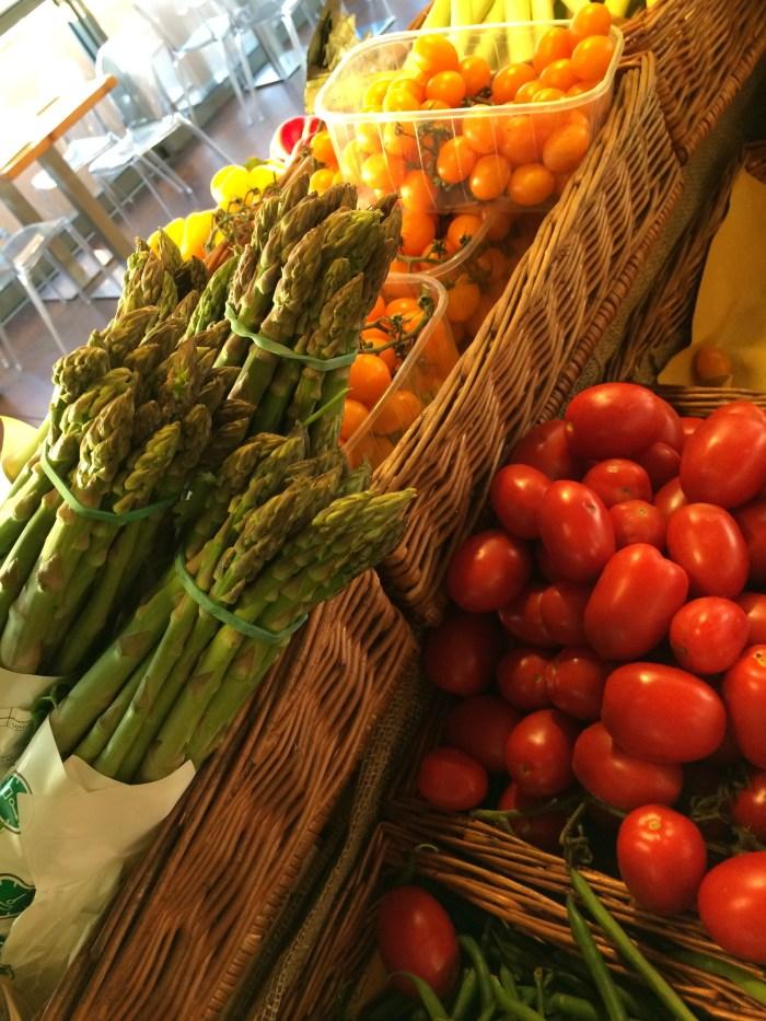 Aspargos frescos e tomates variados