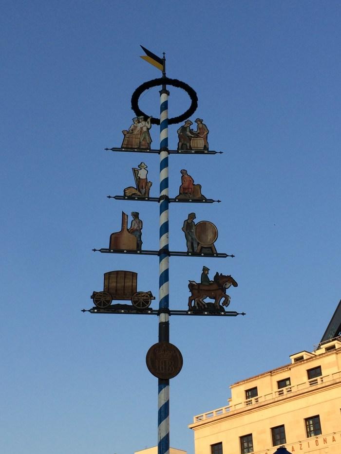 Um mastro representativo da festa logo na entrada - GGOP / Blog Destinos por onde andei...