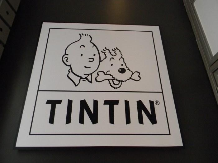 Placa com os personagens na entrada da loja