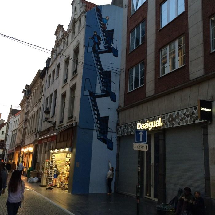 Tem murais do Tintin por toda Bruxelas
