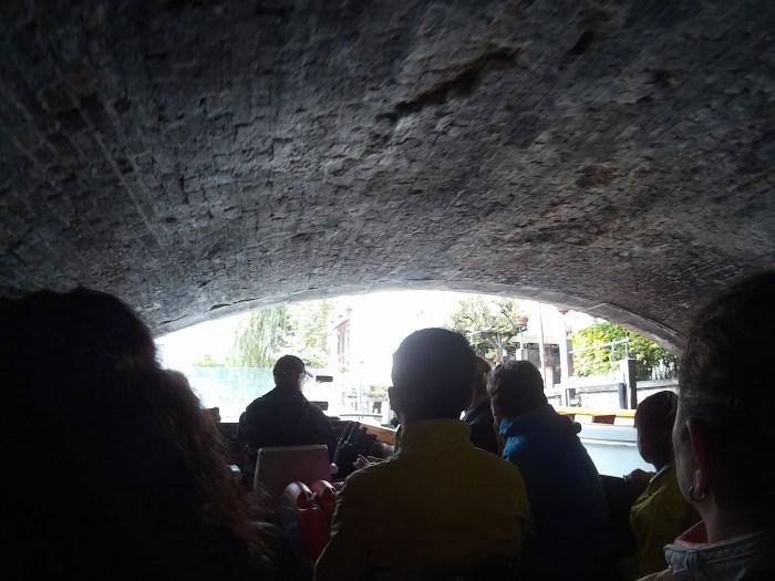 Passando sob uma das pontes