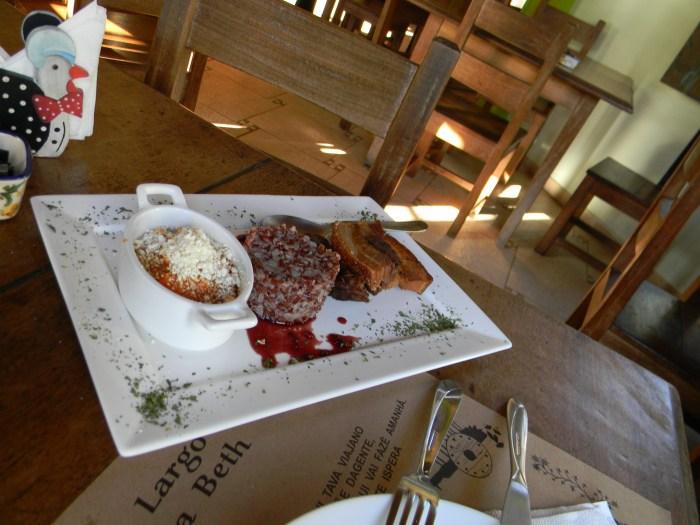 Um prato com carne de porco, sempre presente na culinária mineira