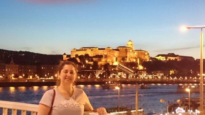 O Castelo de Buda de longe e ao entardecer