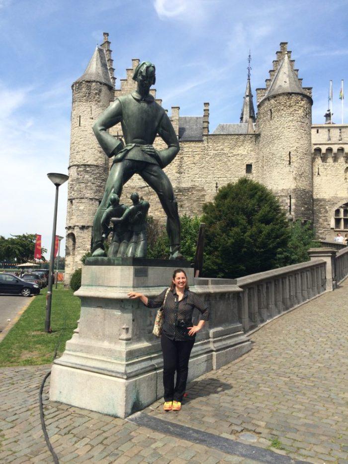 Fazendo pose ao lado do gigante Antigonus