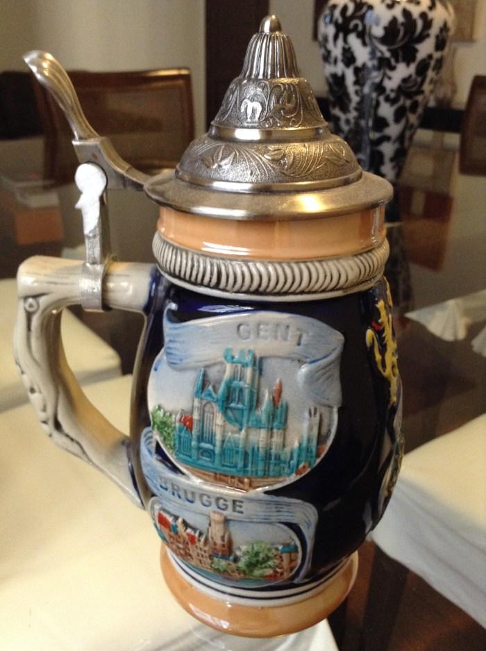 Caneco de cerveja, em cerâmica e metal, comprado em Bruxelas, Bélgica