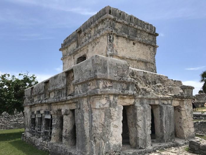Desenhos de rostos presentes na arquitetura Maya
