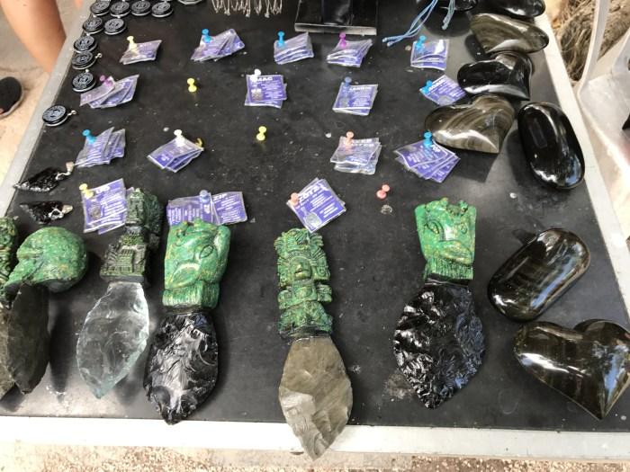 Produtos típicos produzidos com a obsidiana, pedra muito comum na região