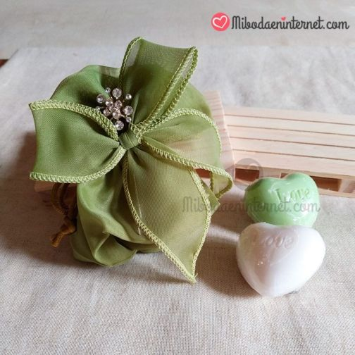 Ejemplo de bolsa organza con alfiler boda y jabon en forma de corazon