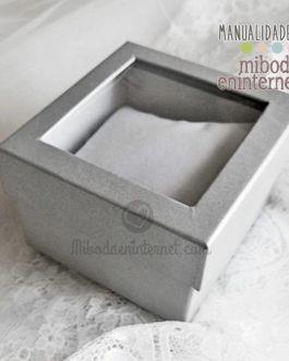 Caja lamé plateado con cojín y tapa transparente