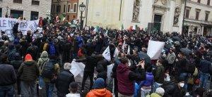 Ιδιοκτήτες επιχειρήσεων στην Ιταλία διαμαρτύρονται κατά των μέτρων Kovid-19 κλείνοντας την εθνική οδό