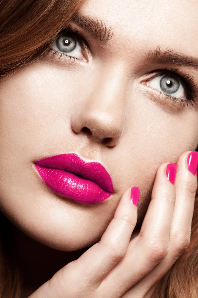 mujer pintada la boca para dar besos