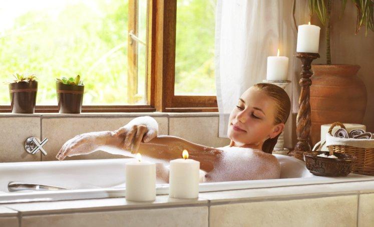 mujer bañandose para limpiar su casa