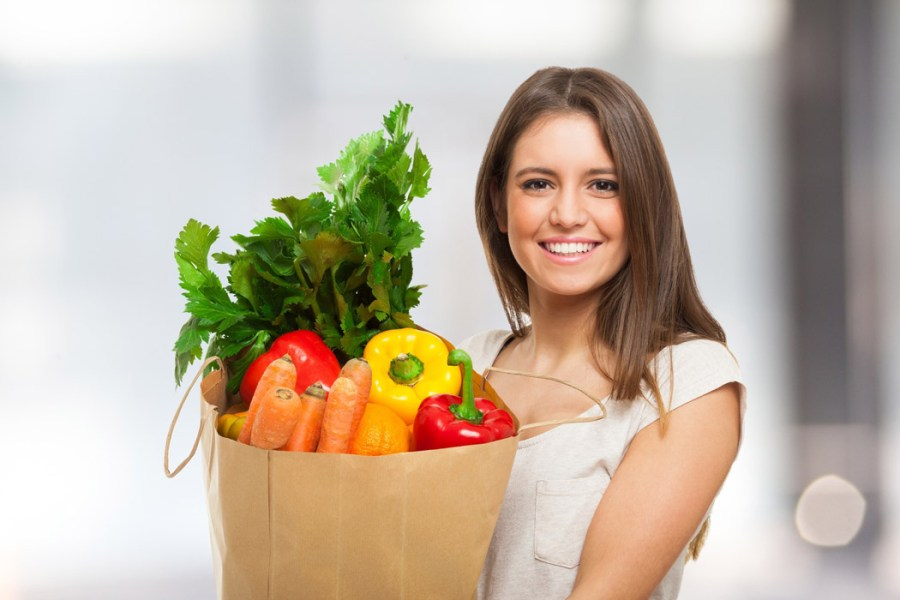 mujer con vegetales para ser vegano