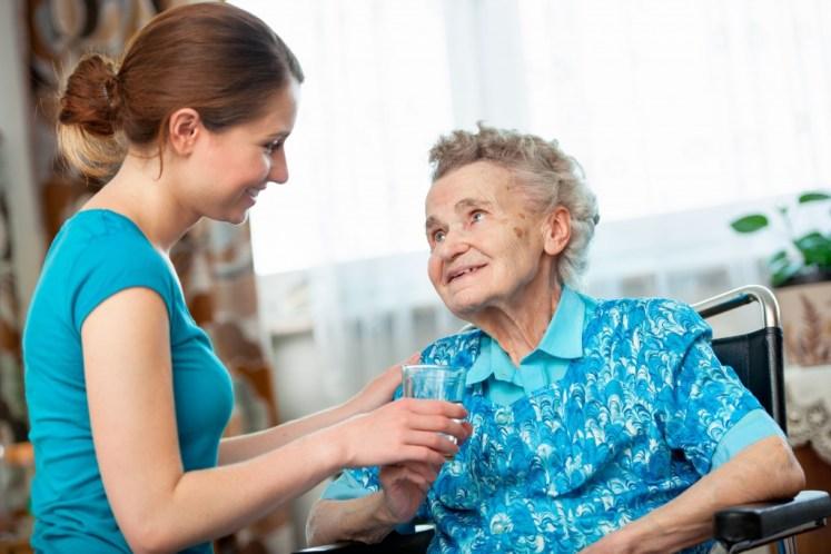 Mujer cuida anciana