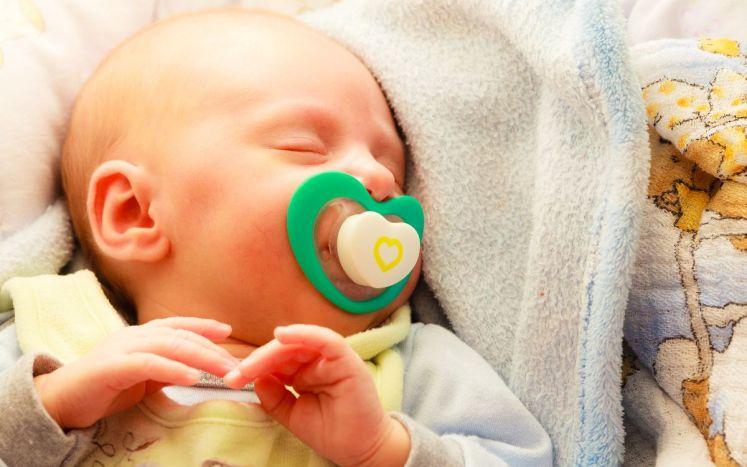 Chupon al bebé para dormir