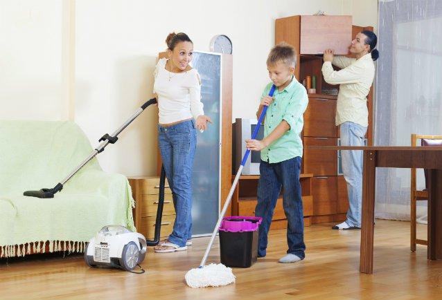 Familia limpiando casa