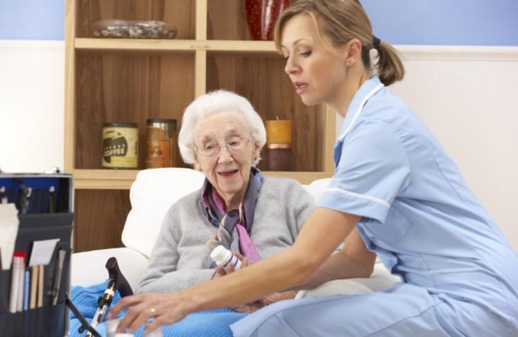 Enfermera cuidando anciana