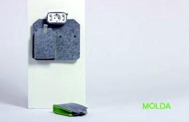 Molda ist die Ladetasche aus Filz für Zuhause und unterwegs. Die zwei Taschen können per Druckknopf abgenommen werden und lassen sich durch einen Klettverschluss schließen.