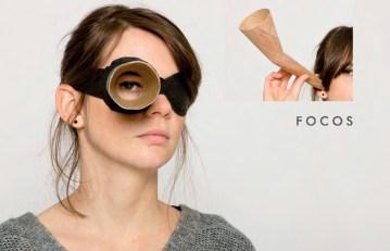 """""""FOCOS"""" sind drei Elemente, die die Wahrnehmung von Sehen, Hören und Sprechen bewusster machen. Die Augenbinde verkleinert den Blickwinkel und bindet das Auge an Fixierpunkte. DEr Hörtrichter minimiert und filtert Geräusche in seiner Umgebung. Das Mundstück fordert gewählte Worte, die deutlich kommuniziert werden müssen."""