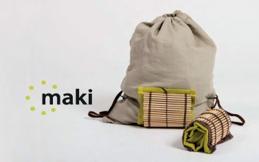 """Maki. ein zusammenrollbarer Rucksack für unterwegs der wenig Platz weg nimmt und in jede Tasche passt. Die Holzmatte schützt """"Maki"""" im eingerollten Zustand und bietet einen Zwischenraum zum Verstauen von Utensilien."""