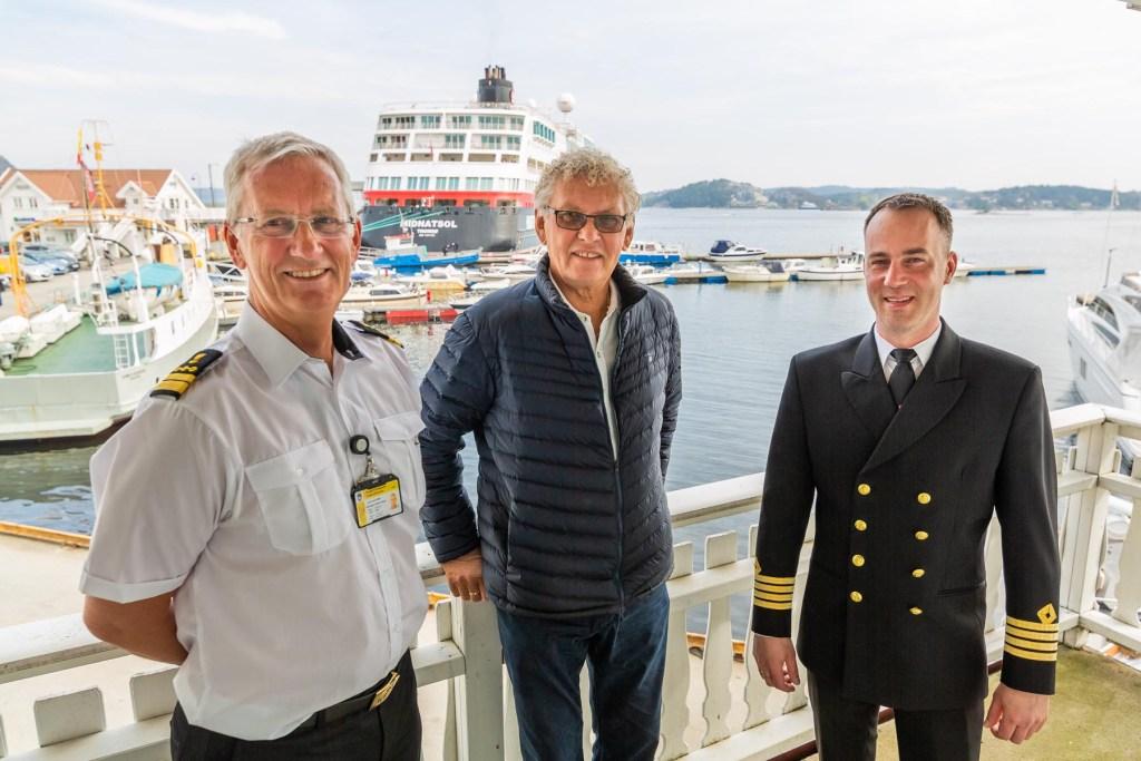 Kaptein Martin Iversen på Midnatsol sammen med havnefogd Svein Arne Valle og Lars Kjendal.