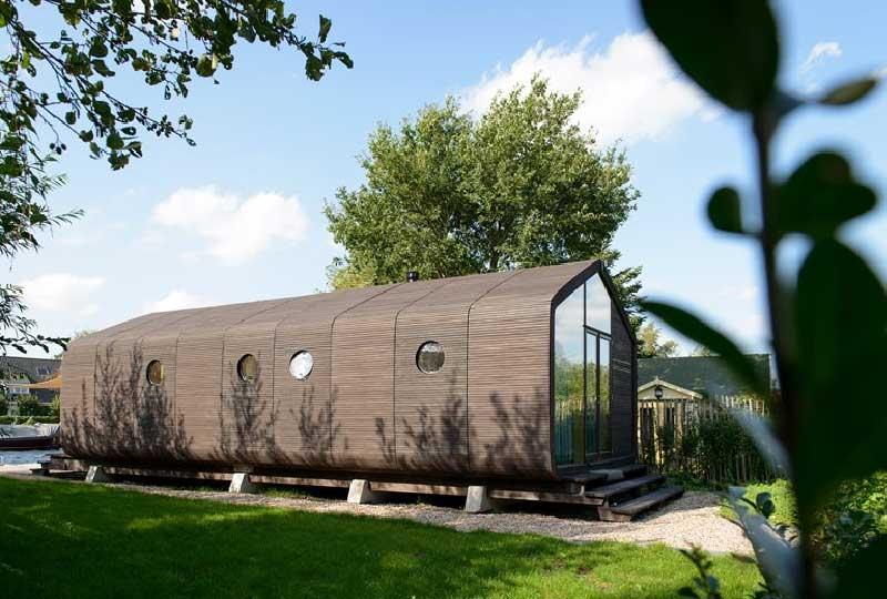 Wikkelhouse, una casa prefabbricata installata in giardino