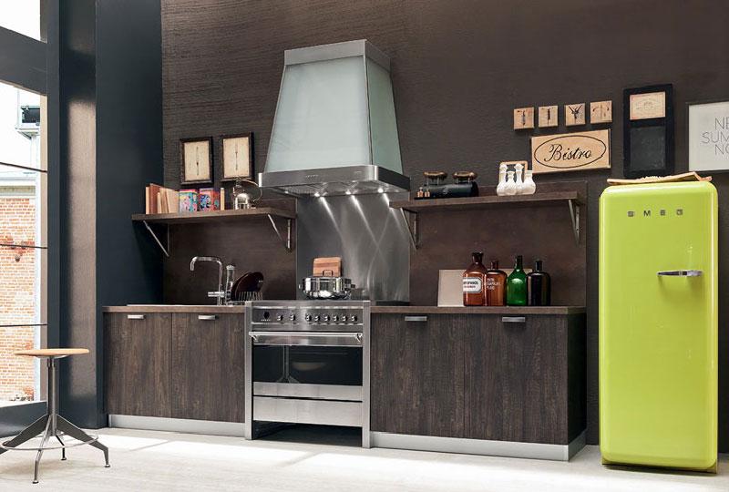 cucina legno scuro con figorifero smeg colorato