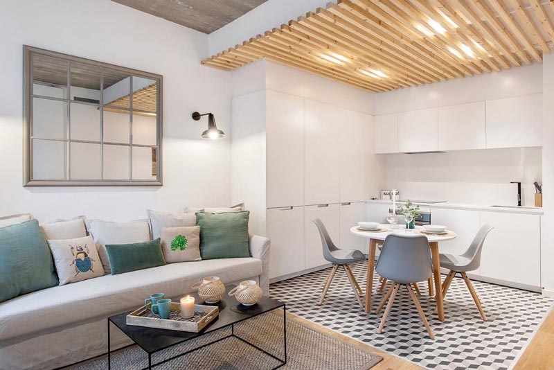 Ottime rifiniture con scala a vista. Un Appartamento Di 50 Mq Con Tante Idee Da Copiare Per La Casa Al Mare Dettagli Home Decor