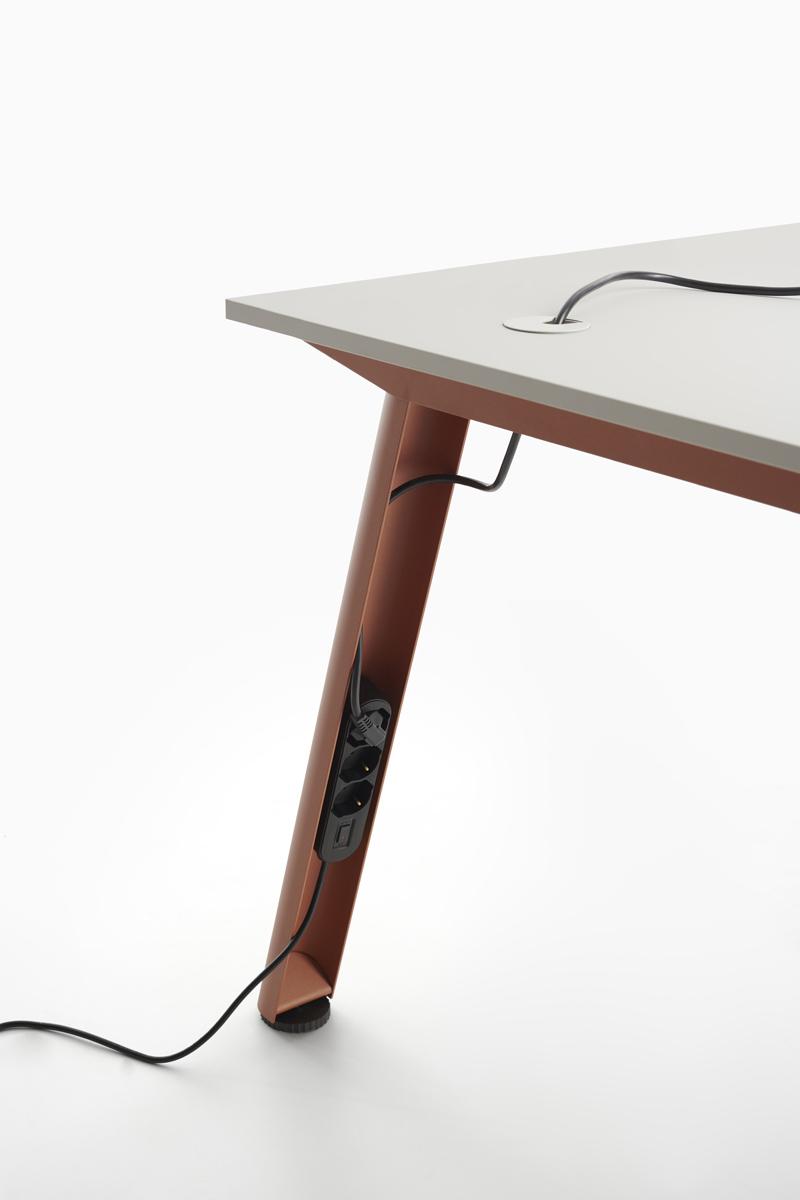 scrivania con sezione per nascondere i cavi