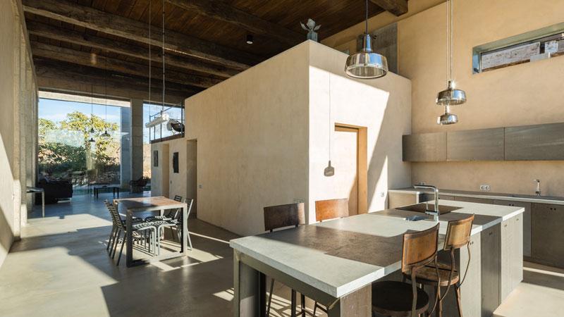 cucina con isola dallo stile industriale