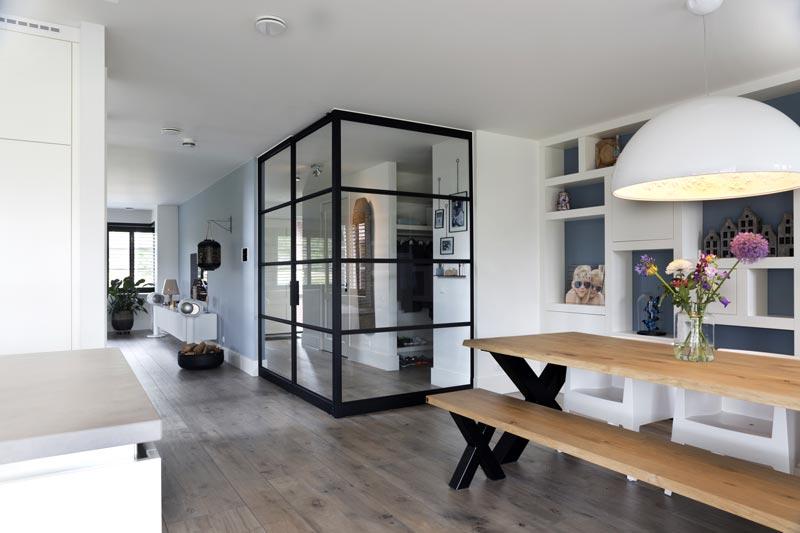 pareti e porte a bilico per separare l'ingresso dal soggiorno