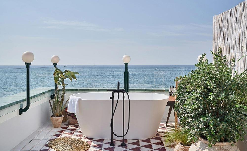 vasca da bagno sulla terrazza al mare